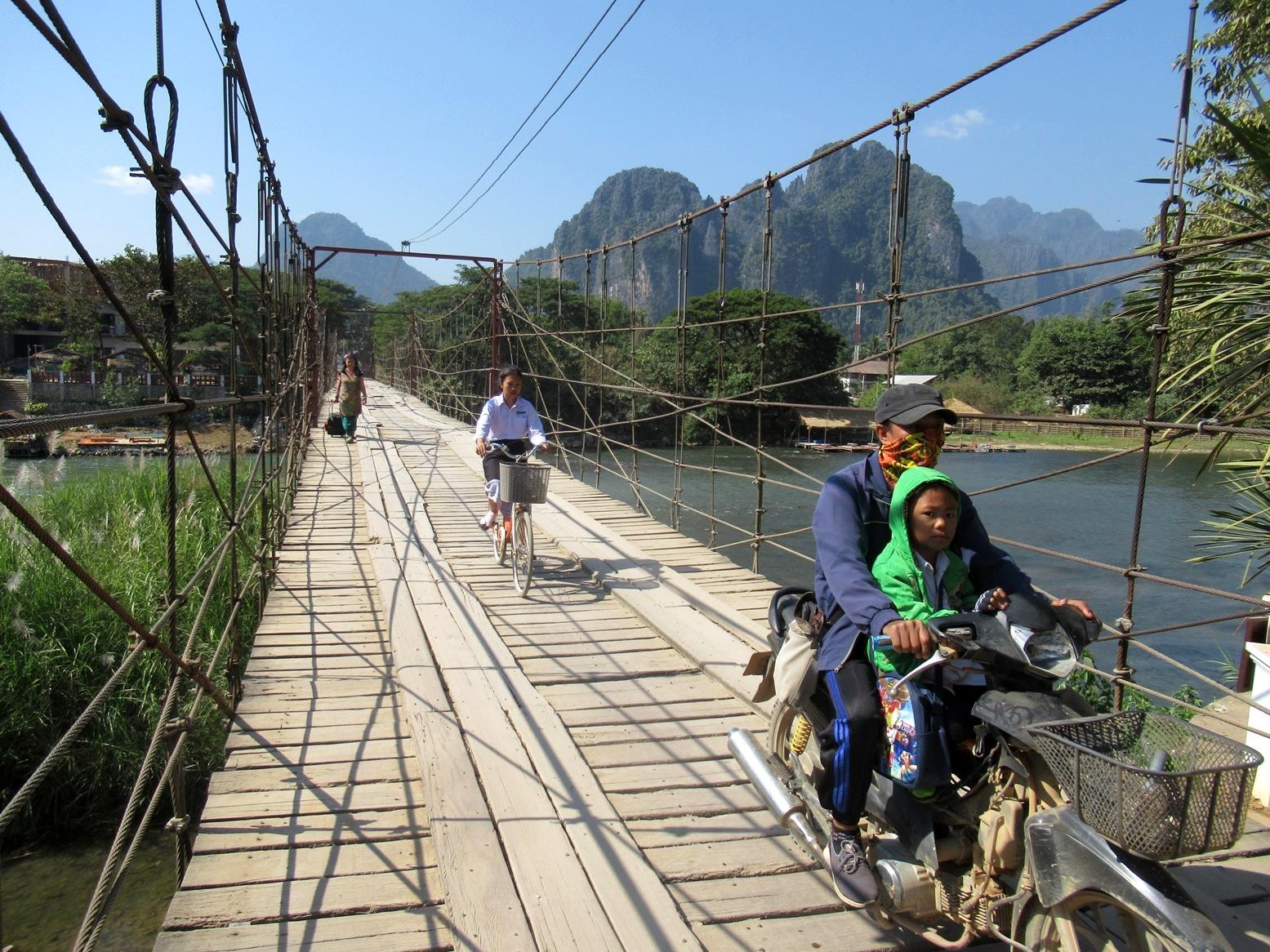 2019-12-laos-vang-vieng-puente-2